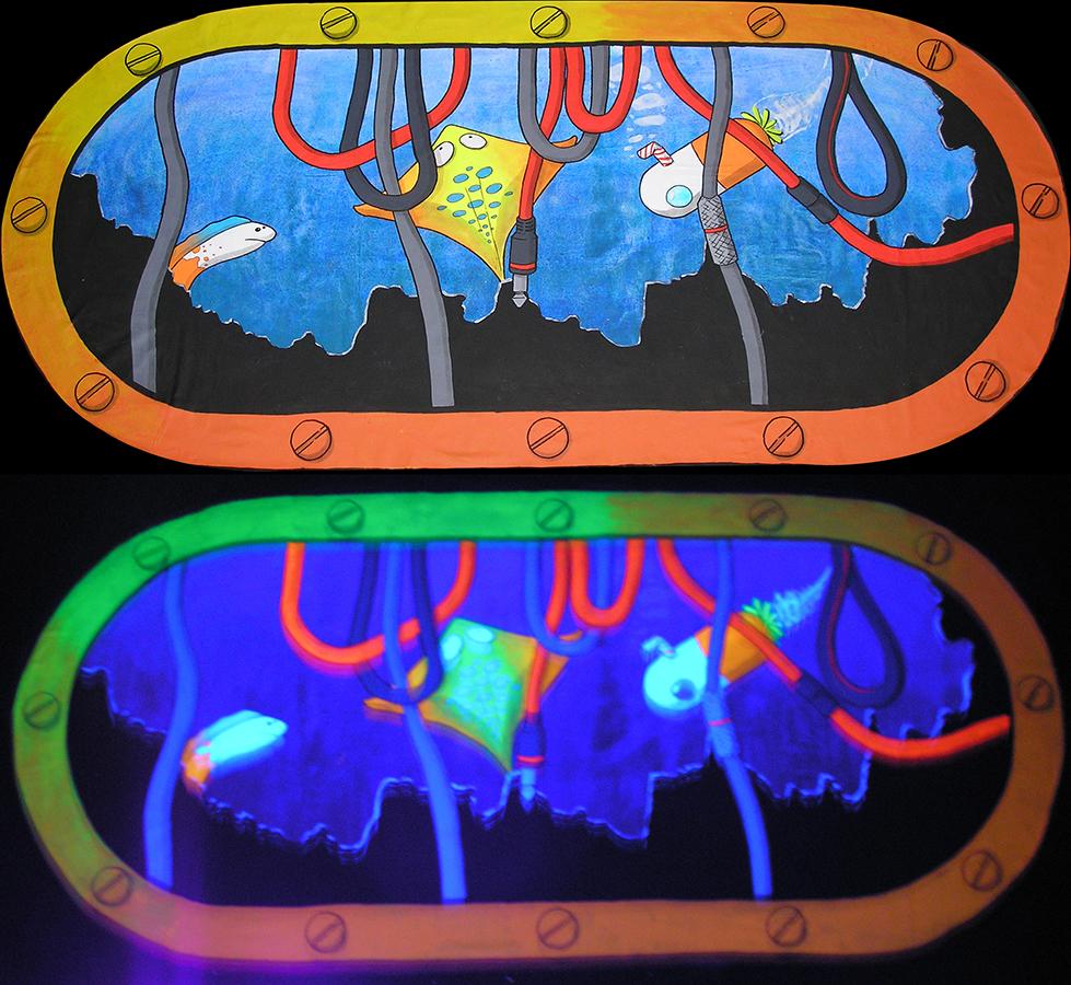 peinture fluorescente aquatique dérrière un hublot